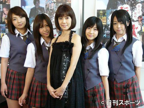 ホラー映画「伝染歌」イベント アイドルグループAKB48と松本伊代。右端が峯岸みなみ=07年8月