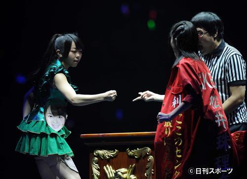 じゃんけん大会3回戦 峯岸みなみ(左)は松井珠理奈に勝ち選抜メンバーに入る=11年9月