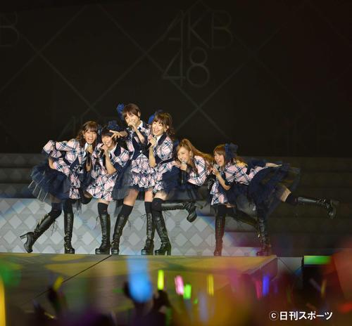 「AKB48 in TOKYO DOME ~1830mの夢~」で熱唱するAKB48の、左から前田敦子、峯岸みなみ、篠田麻里子、小嶋陽菜、板野友美、高橋みなみ=12年8月