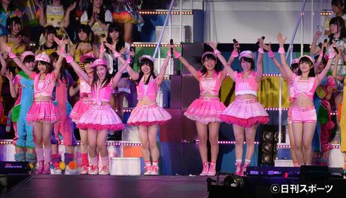 「AKB48 リクエストアワーセットリストベスト200」1位「清純フィロソフィー」を歌うAKB48チーム4=14年4月