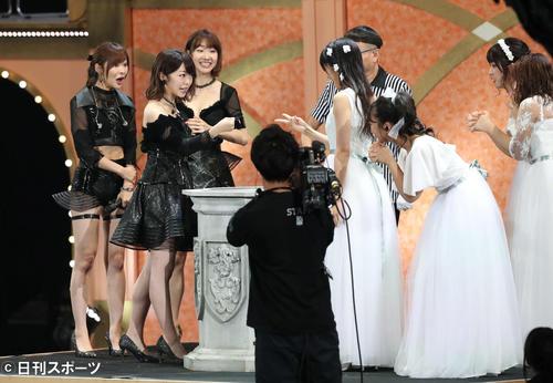 じゃんけん大会 サンコン峯岸みなみ(左から2人目)はsong`sに勝利する=17年9月