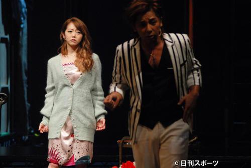 音楽劇「三文オペラ」で舞台初出演した峯岸みなみ。右は松岡充=18年1月
