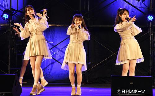 AKB48全国握手会「オンラインお話し会&配信ライブ」 左から柏木由紀、向井地美音、峯岸みなみ=20年10月