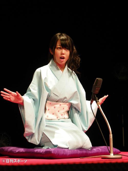 新曲「君しか」の発売イベントで、体調を壊した高橋みなみに変わって身ぶりを交えて落語を披露するAKB48峯岸みなみ=10年8月
