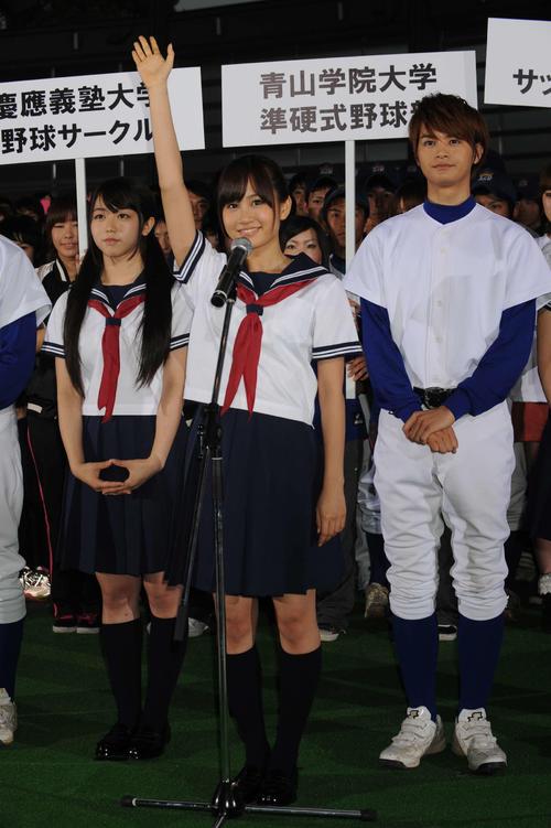 映画「もしドラ」の試写会で宣誓する前田敦子(中央)。左は峯岸みなみ、右は瀬戸康史=11年5月