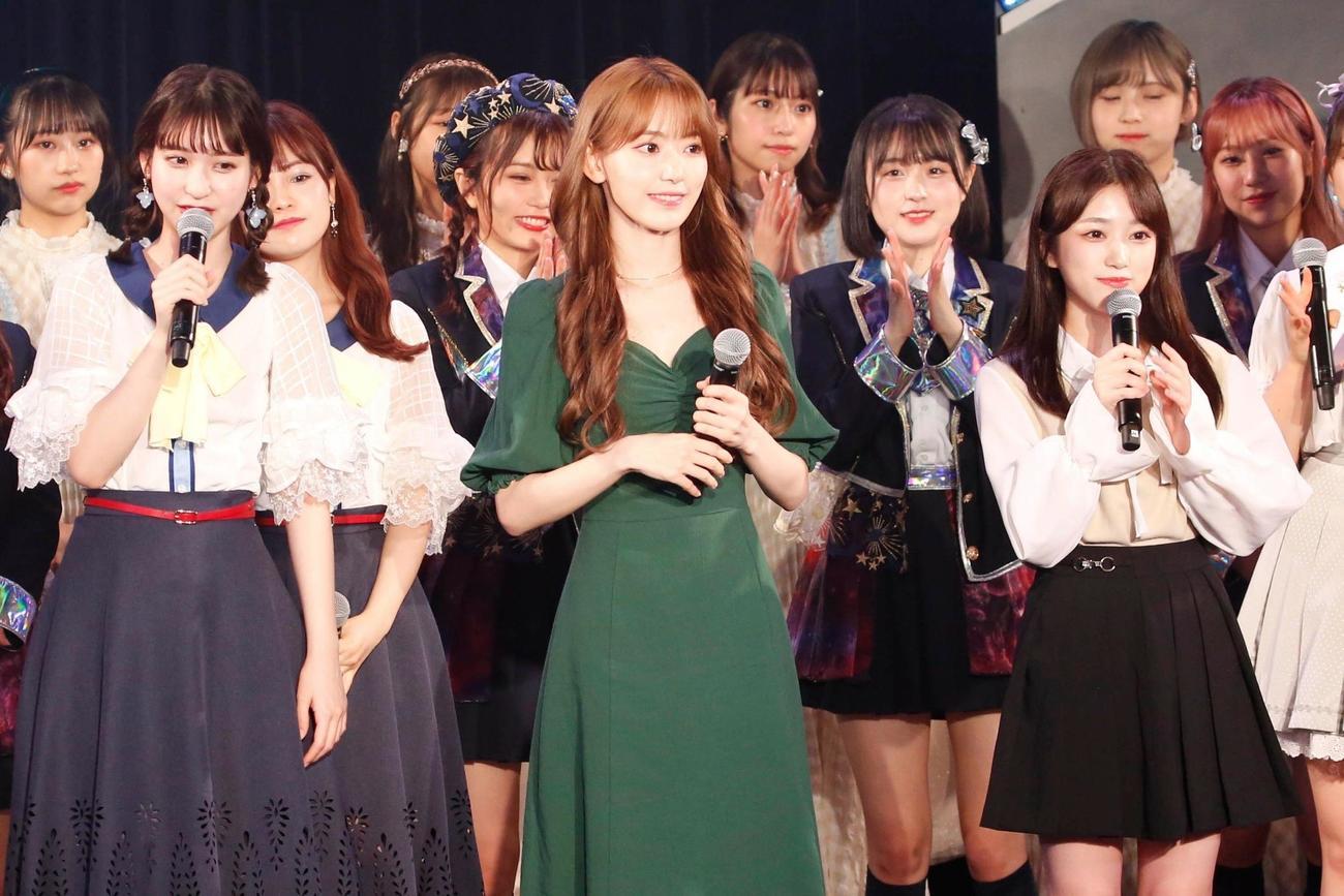 HKT48「君とどこかへ行きたい」発売記念イベントにサプライズ出演した宮脇咲良(中央)と矢吹奈子(右) (c)Mercury