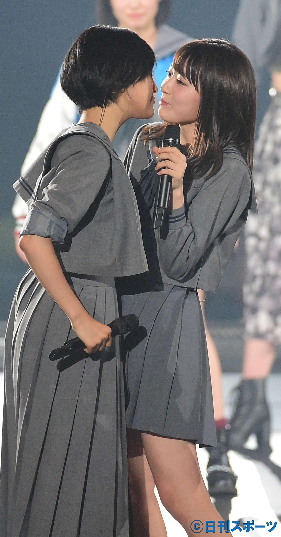 寸劇コーナーでキスする兒玉遥(左)と宮脇咲良(2016年2月24日撮影)