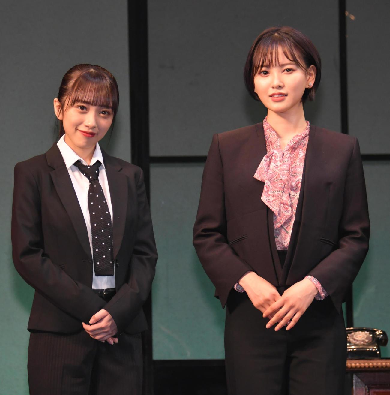 「新・熱海殺人事件」の舞台あいさつで記念撮影するAKB48の向井地美音(左)と元HKT48の兒玉遥(撮影・酒井清司)