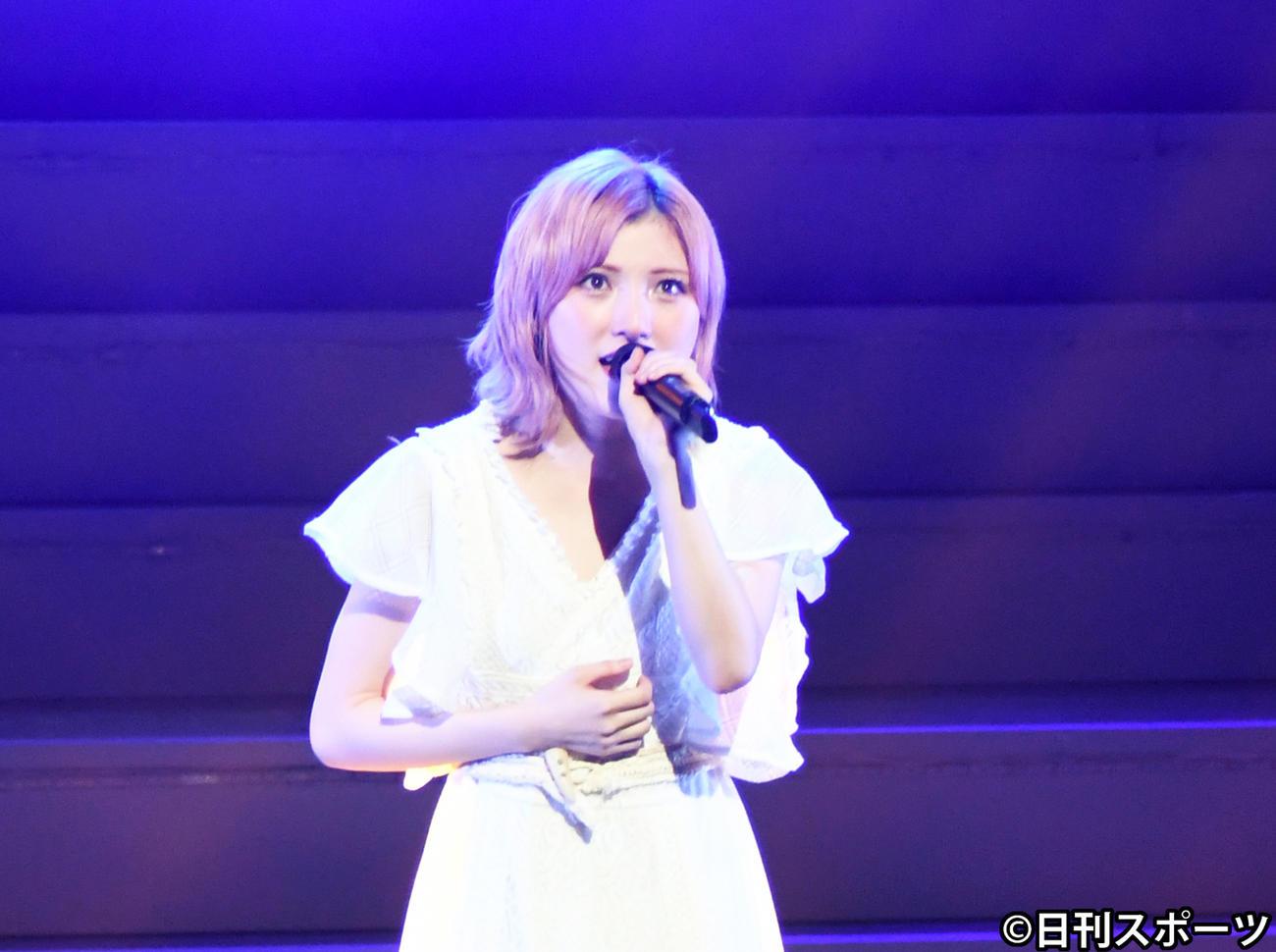 舞台「AKB48 THE AUDISHOW」で「月と水鏡」をソロで歌唱するAKB48岡田奈々(撮影・大友陽平)