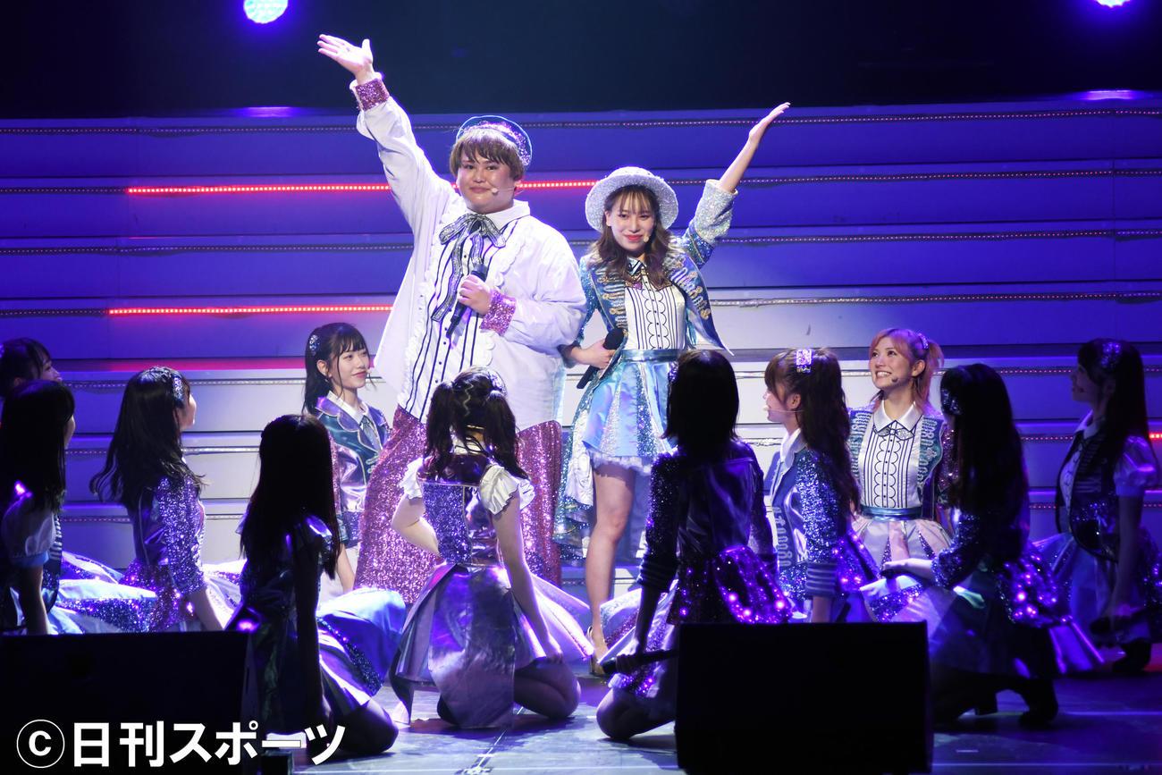 舞台「AKB48 THE AUDISHOW」に出演し「フライングゲット」を踊るパパラピーズのじんじん(左)とタナカガ(撮影・大友陽平)