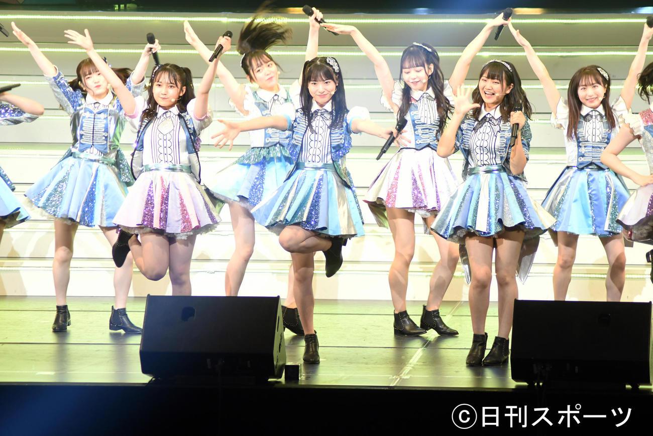 舞台「AKB48 THE AUDISHOW」Second Generation公演でフレッシュに踊る久保怜音(中央)らAKB48若手メンバー(撮影・大友陽平)