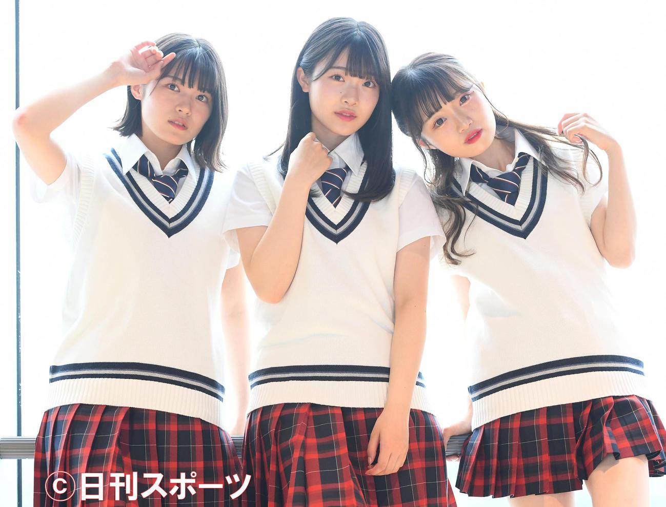 3人でポーズを決める(左から)安藤千伽奈、小越春花、中井りか(撮影・たえ見朱美)