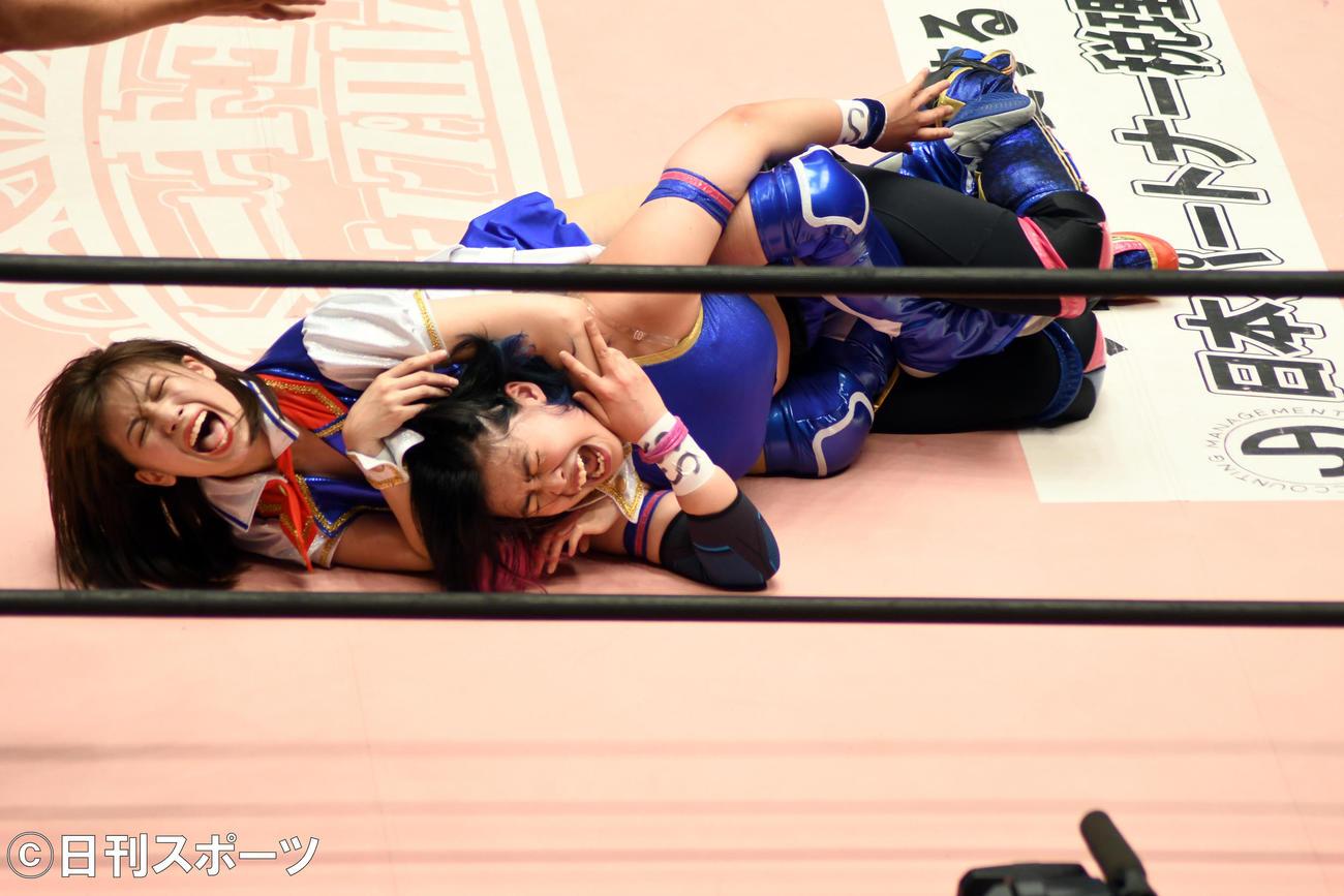 初のシングルマッチで舞海魅星(右)にスリーパーホールドで攻めるSKE48荒井優希(撮影・大友陽平)