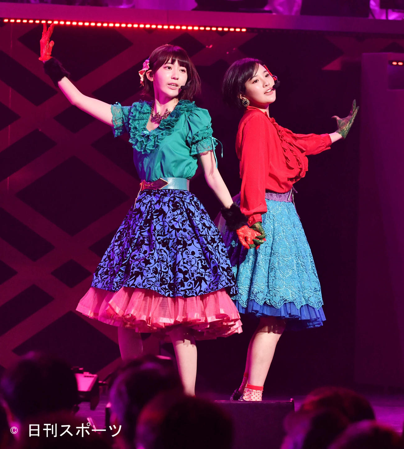 HKT48の宮脇咲良(左)と兒玉遥(2017年1月撮影)
