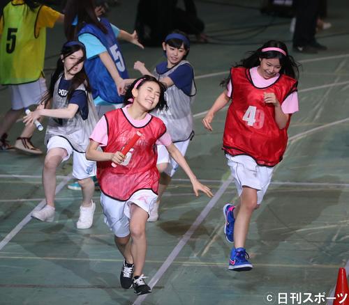 第2回AKB48大運動会 チーム対抗リレーで白間美瑠からバトンを受け取り、顔を傾けながら走るチームA宮脇咲良(2015年5月撮影)