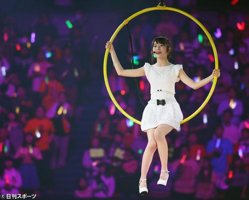 HKT48「春のライブツアー~サシコ・ド・ソレイユ2016~」昼公演「ひらひら」に出演する宮脇咲良(2016年2月6日撮影)