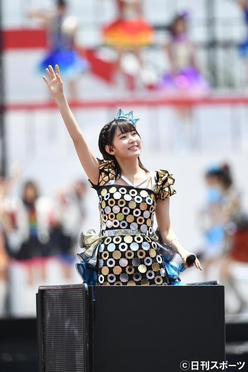 第8回AKB48選抜総選挙開票イベント コンサートで笑顔を見せるHKT48宮脇咲良(2016年6月撮影)