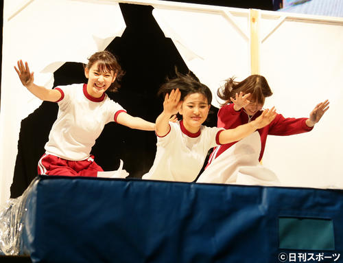 AKB48グループ夏祭り 壁を突き破り粉の上に飛び込む宮脇咲良と兒玉遥(2016年7月撮影)