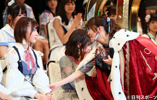 第9回AKB48選抜総選挙開票イベント 1位の指原莉乃は終了後、宮脇咲良を激励する(2017年6月17日撮影)