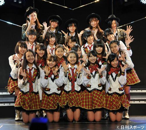 初日公演でポーズをつくるHKT48(2011年11月撮影)