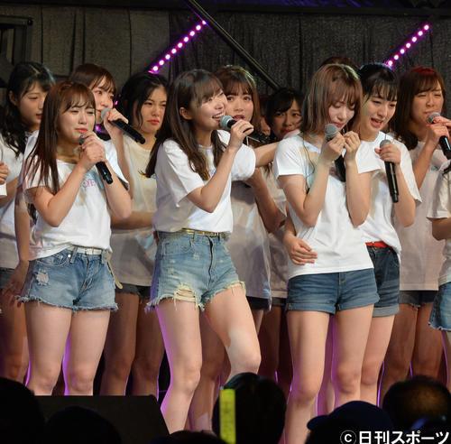 HKT48単独コンサート コンサートに出演し、グループ卒業を発表した指原莉乃は、泣きじゃくる宮脇咲良の肩を抱く(2018年12月撮影)