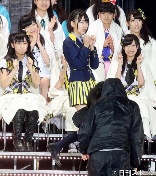第6回AKB48選抜総選挙開票イベント 11位に入ったHKT48兼AKB48宮脇咲良。2列目左はHKT48指原莉乃(2014年6月撮影)