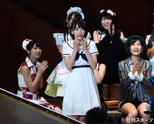 第5回AKB48じゃんけん大会 38枚目シングル曲のセンターに抜てきされた宮脇咲良(中央)は涙を流し信じられないといった表情を見せる(2014年9月撮影)