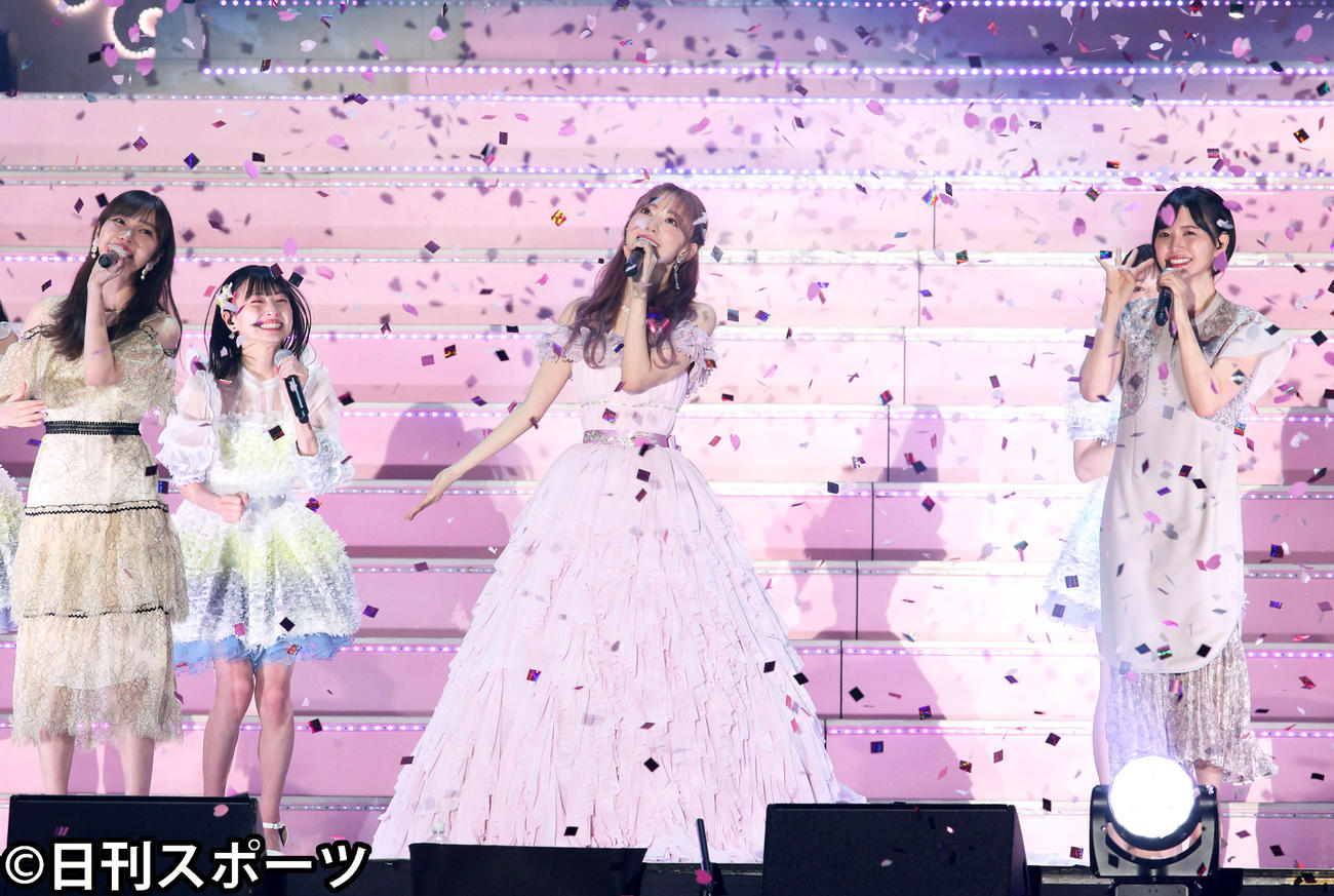 花吹雪が舞う中、指原莉乃(左)、兒玉遥(右)とアンコール最後の「桜、みんなで食べた」を歌うHKT48宮脇咲良(撮影・岩下翔太)