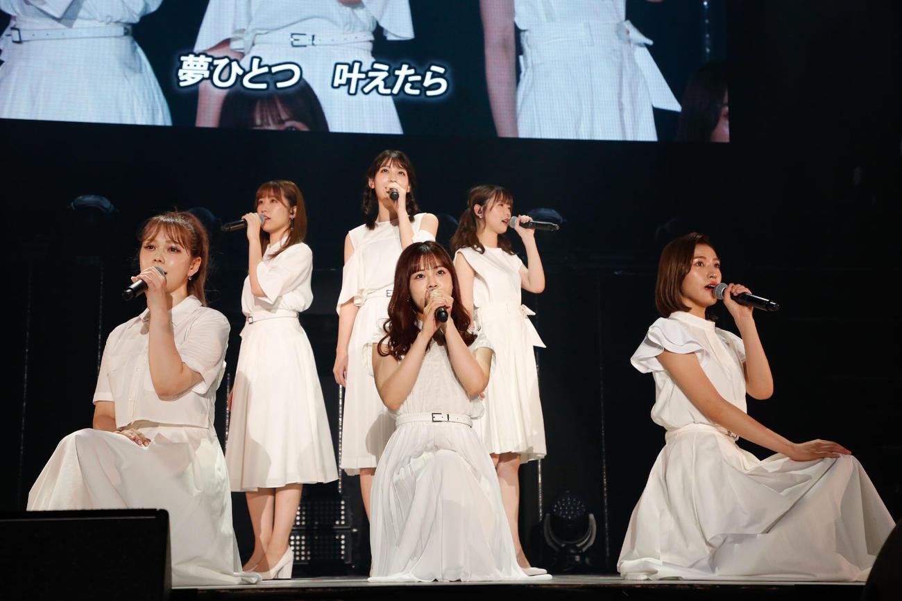 「HKT48 リクエストアワー セットリストベスト50 2021」昼公演で「夢ひとつ」を披露する村重杏奈(前列左端)ら1期生