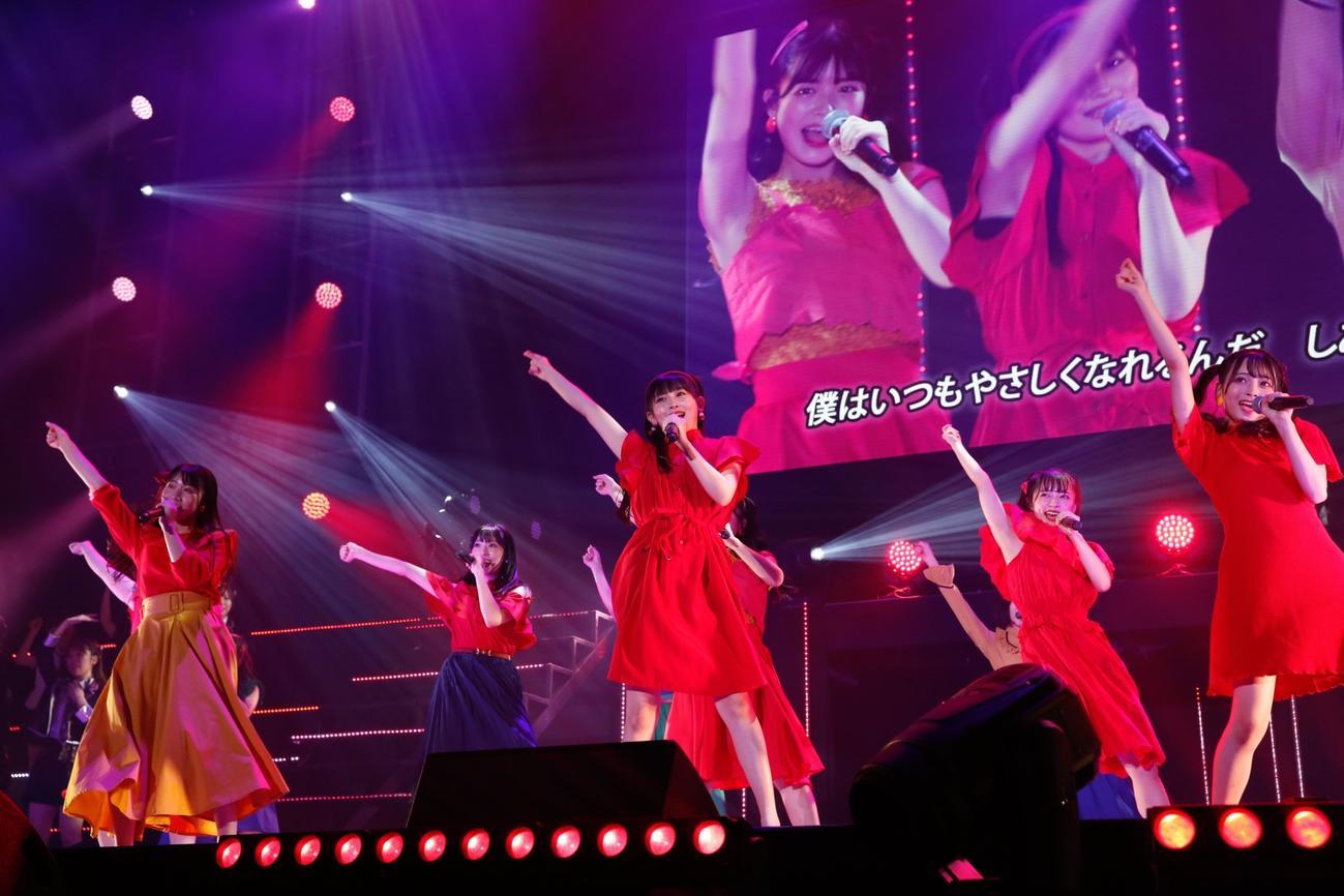 「HKT48 リクエストアワー セットリストベスト50 2021」で1位になった「真っ赤なアンブレラ」を歌うHKT48の5期生(C)Mercury