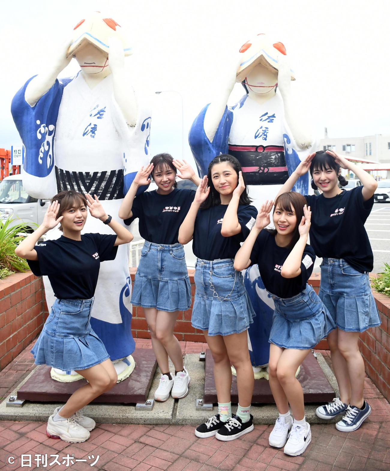 両津港に到着しポーズを決めるNGT48らーめん部のメンバー(撮影・大友陽平)