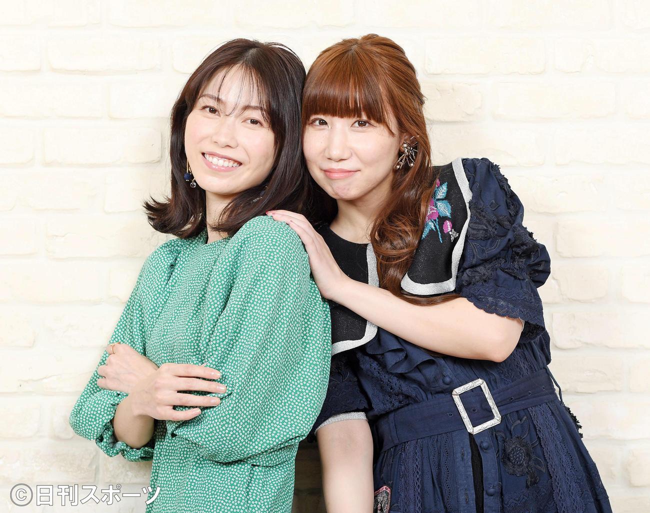 対談した横山由依(左)と根本宗子は仲良くポーズを決める(撮影・滝沢徹郎)