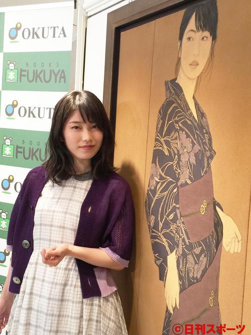 初写真集を出したAKB48横山由依は日本画の肖像画を披露(2015年2月撮影)