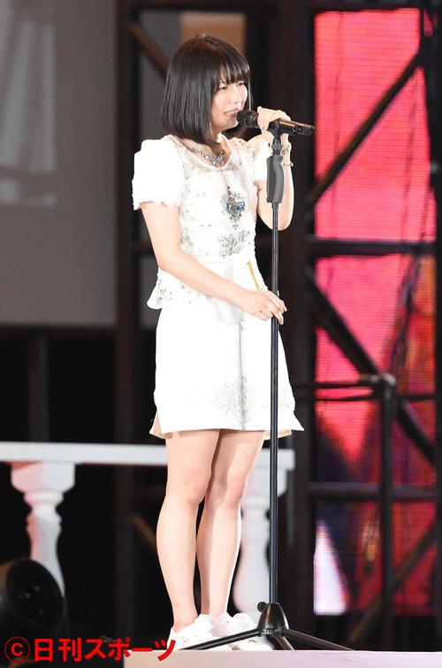第7回AKB48選抜総選挙開票イベント スピーチする10位の横山由依(2015年6月撮影)
