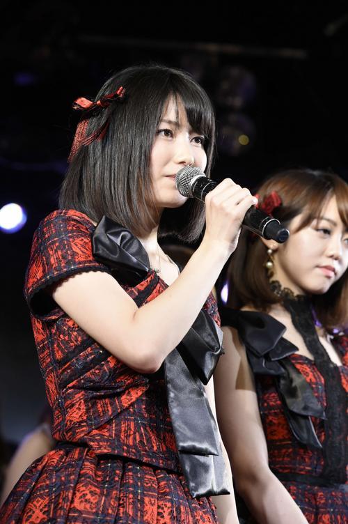 AKB48劇場10周年記念公演であいさつする横山由依(2015年12月撮影)