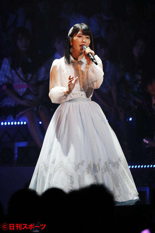 「月と水鏡」を歌うAKB48横山由依(2018年1月撮影)