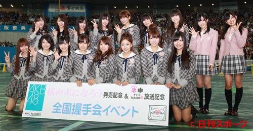 大阪で全国握手会イベントを行ったAKB48。前列左から2人目が横山由依。(2011年4月撮影)