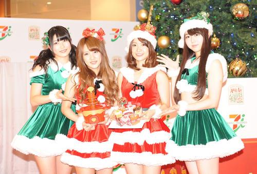 サンタクロースの衣装で笑顔を見せるAKB48横山由依(左)ら(2012年11月撮影)