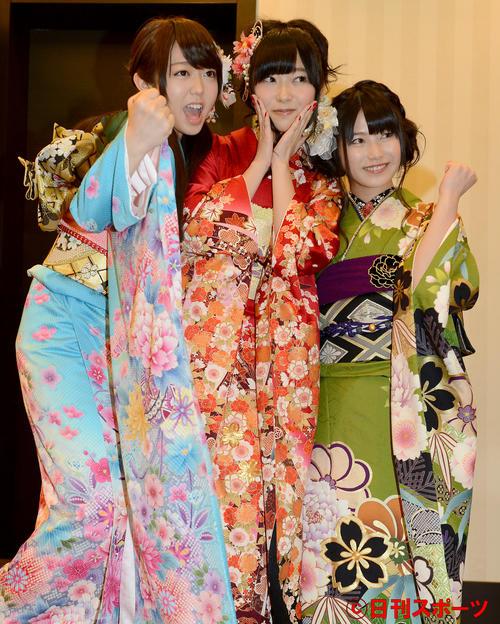 成人式を迎え峯岸みなみ、指原莉乃とポーズをとる横山由依(右)(2013年1月撮影)