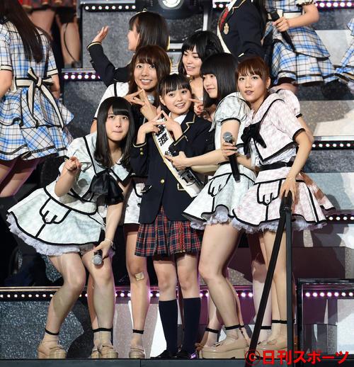 AKBドラフト会議で、樋渡結依(中央)を1巡目で獲得したAKB48チームAの右から高橋みなみ、横山由依らは笑顔で記念撮影(2015年5月撮影)