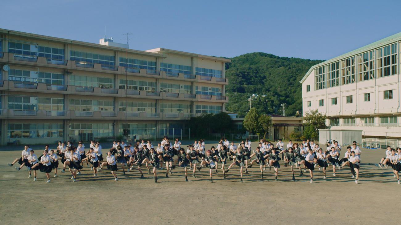 「根も葉もRumor」ミュージックビデオでメンバーと三重高校ダンス部メンバー合計98人によるダンスシーンコピーライトAKB48/キングレコード