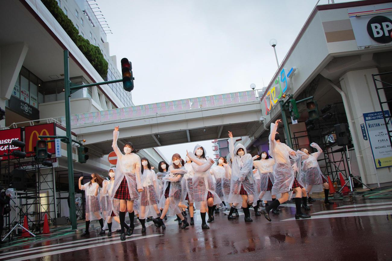 一般参加者とともに「にいがた総おどり」のリハーサルを行ったNGT48メンバー(C)Flora