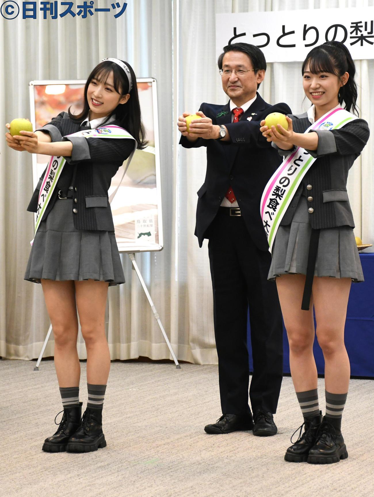 「とっとりの梨食べ大使」任命式で梨ダンスを披露するAKB48の、左から小栗有以、平井伸治知事、山内瑞葵(撮影・大友陽平)