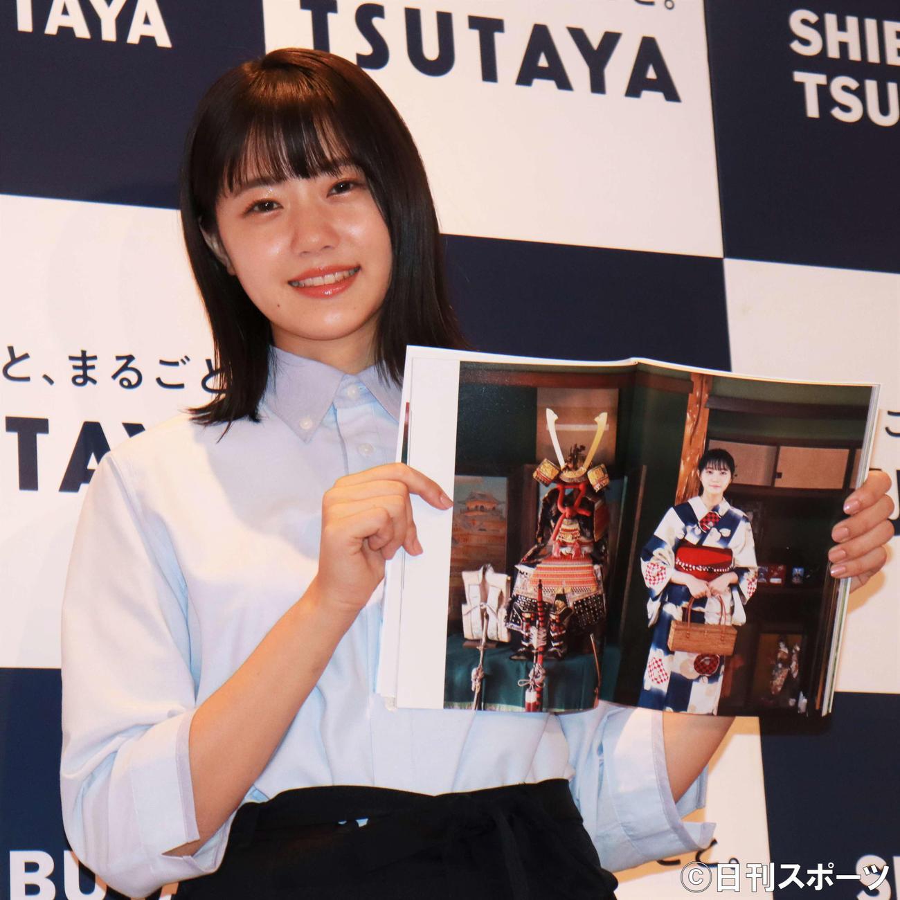 SHIBUYA TSUTAYAの一日店長に就任し、写真集を片手に笑顔の瀧野由美子(撮影・勝部晃多)