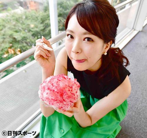 かき氷をおいしそうに頬張るテレビ朝日の下村彩里アナ(撮影・小沢裕)
