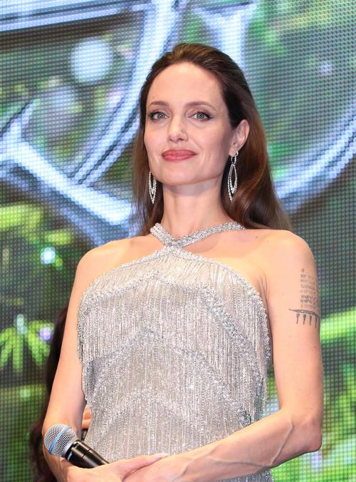 マレフィセント2 レッドカーペットイベントのステージであいさつを終え笑顔のアンジェリーナ・ジョリー(19年10月3日撮影)