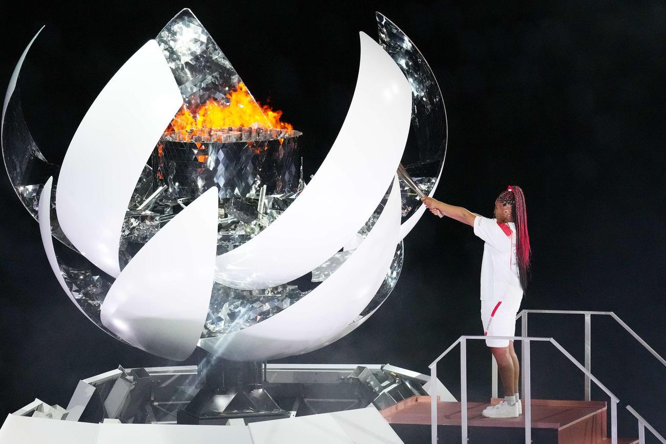 東京五輪の開会式で、大坂なおみが聖火台にトーチをかざす(21年7月23日撮影)