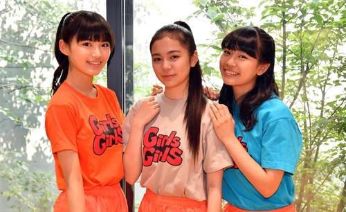 Girls2の、左から鶴屋美咲、増田來亜、小田柚葉