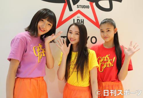 「ハッピーメリクリ!」を教えてくれる左から小川桜花、山口綺羅、石井蘭