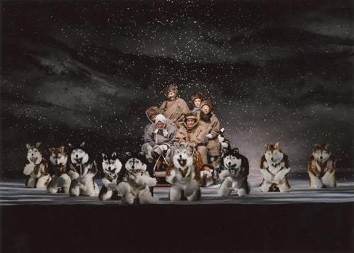 三谷かぶき「月光露針路日本(つきあかりめざすふるさと) 風雲児たち」 シベリアの雪原を犬ぞりで滑走する大黒屋光太夫(松本幸四郎=奥)一行